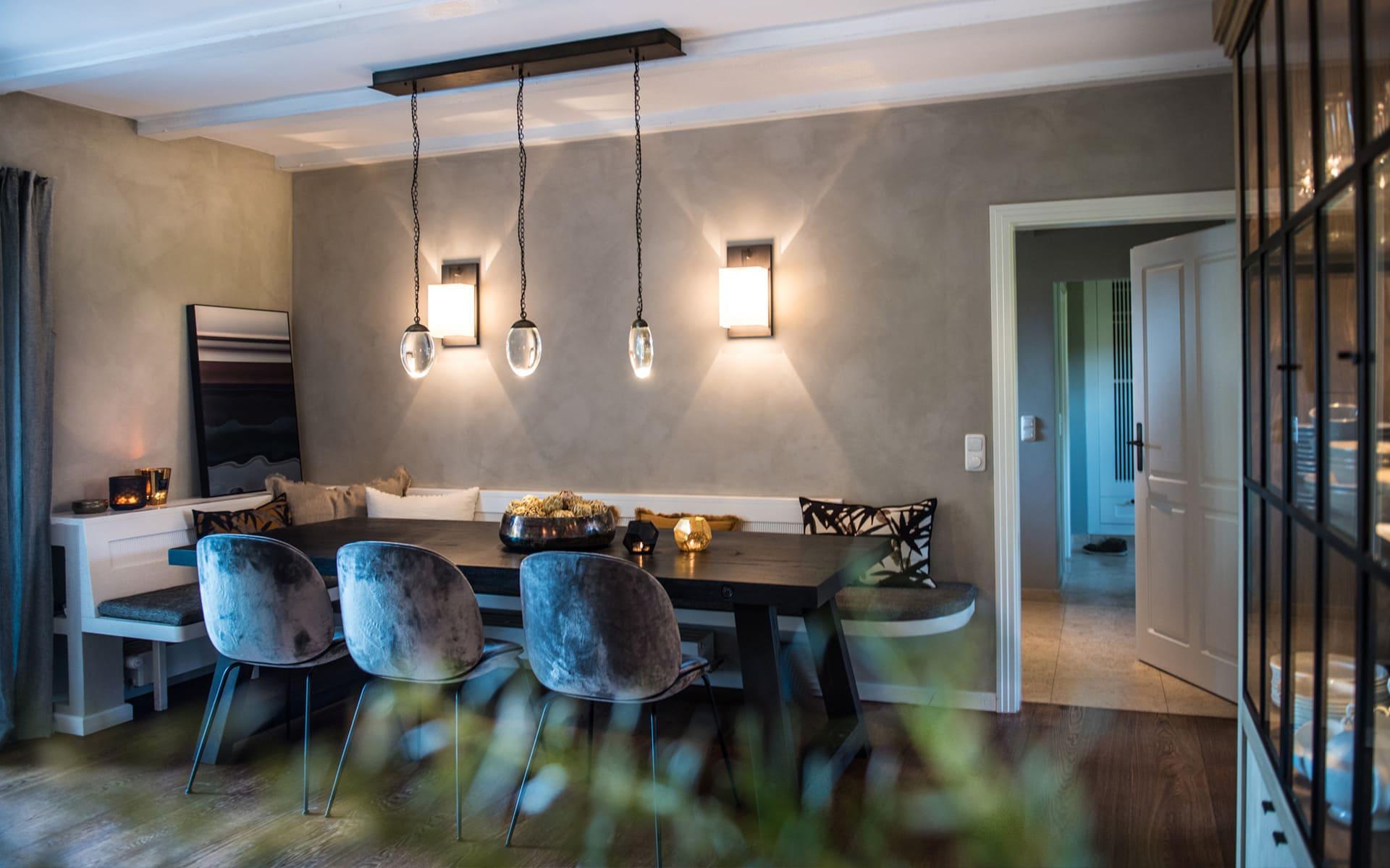 katharina-kamm-raumkultur-gmund-tegernsee-interior-design-privathaus-bad-toelz-esszimmer-ochre-celestial-pebble-chandelier-linear-gubi-beetle-chair-eckbank-stoff-kissen-de-le-couna